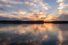 Ο ποταμός καλύπτει τις αντανακλάσεις ηλιοβασιλέματος ουρανού Στοκ φωτογραφία με δικαίωμα ελεύθερης χρήσης