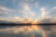 Ο ποταμός καλύπτει τις αντανακλάσεις ηλιοβασιλέματος ουρανού Στοκ εικόνα με δικαίωμα ελεύθερης χρήσης