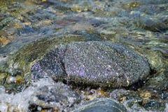 ο ποταμός λικνίζει το ύδωρ πετρών Στοκ φωτογραφία με δικαίωμα ελεύθερης χρήσης