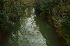 Ο ποταμός πολύ στενός σε Butron Castle, Castle ενσωμάτωσε τους Μεσαίωνες Ταξίδι φύσης ποταμών Στοκ φωτογραφία με δικαίωμα ελεύθερης χρήσης