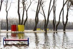 Ο ποταμός που ανατρέπεται από τις τράπεζές του Νερό που πλημμυρίζουν Στοκ εικόνα με δικαίωμα ελεύθερης χρήσης