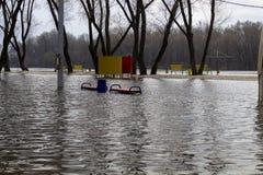 Ο ποταμός που ανατρέπεται από τις τράπεζές του Νερό που πλημμυρίζουν Στοκ Εικόνες