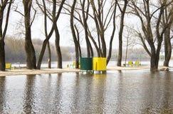 Ο ποταμός που ανατρέπεται από τις τράπεζές του Νερό που πλημμυρίζουν Στοκ φωτογραφίες με δικαίωμα ελεύθερης χρήσης