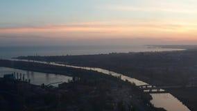 Ο ποταμός ρέει στη θάλασσα Βιομηχανική επιχείρηση στην ακτή φιλμ μικρού μήκους