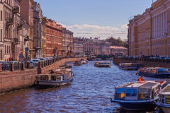 Ο ποταμός στην πόλη, προκυμαία, βάρκες Στοκ Εικόνες