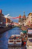 Ο ποταμός στην πόλη, προκυμαία, βάρκες Στοκ φωτογραφία με δικαίωμα ελεύθερης χρήσης