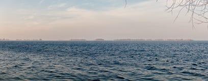Ο ποταμός την πρώιμη άνοιξη Στοκ Φωτογραφία