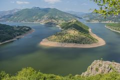 Ο ποταμός Arda είναι ο μεγαλύτερος ποταμός Rhodope Προέρχεται από την αιχμή Ardin Ο ποταμός έχει το εξαιρετικά όμορφο curvesm Στοκ Εικόνα