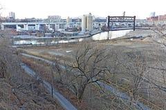 Ο ποταμός Cuyahoga στο Κλίβελαντ, Οχάιο, ΗΠΑ στην καρδιά του rustbelt στοκ εικόνα με δικαίωμα ελεύθερης χρήσης