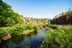 Ο ποταμός DA Nhim με το κρύσταλλο - καθαρίστε το νερό μεταξύ των πράσινων δέντρων Στοκ εικόνες με δικαίωμα ελεύθερης χρήσης