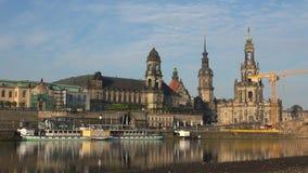 Ο ποταμός Elbe και το ιστορικό κέντρο του πρωινού της Δρέσδης τον Απρίλιο Γερμανία απόθεμα βίντεο