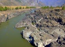 Ο ποταμός Katun βουνών φέρνει τα τυρκουάζ νερά του μέσω των δύσκολων ακτών και των απότομων απότομων βράχων των βουνών Altai στοκ εικόνα με δικαίωμα ελεύθερης χρήσης