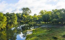 Ο ποταμός Medveditsa με τις γραφικές τράπεζές του βελτιώνει τη διάθεση κατά τη διάρκεια ενός περιπάτου στοκ εικόνες