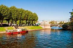 Ο ποταμός Moika και ο πρώτος κήπος γεφυρώνουν στην ηλιόλουστη ημέρα στη Αγία Πετρούπολη, Ρωσία Στοκ Εικόνες