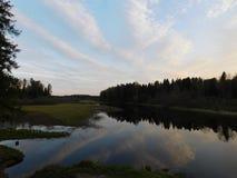 Ο ποταμός Oredezh και οι τράπεζές του στο ηλιοβασίλεμα Στοκ φωτογραφία με δικαίωμα ελεύθερης χρήσης
