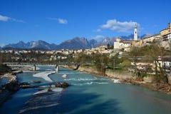 Ο ποταμός piave, ιερός στην πατρίδα, διασχίζει όμορφο belluno, μια όμορφη ηλιόλουστη ημέρα στοκ εικόνες