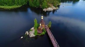 Ο ποταμός Vuoksa και η εκκλησία της κεραίας του ST Andrew Vasilievo, περιοχή του Λένινγκραντ απόθεμα βίντεο