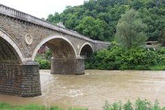 Ο ποταμός Yantra κοντά στη γέφυρα του Βελίκο Τύρνοβο στοκ εικόνες
