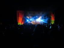 Ο πολίτης αντιμετωπίζει αποδίδει στη σκηνή κατά τη διάρκεια μιας συναυλίας βραδιού στοκ εικόνες με δικαίωμα ελεύθερης χρήσης