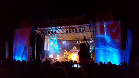 Ο πολίτης αντιμετωπίζει αποδίδει στη σκηνή κατά τη διάρκεια μιας συναυλίας βραδιού στοκ φωτογραφίες