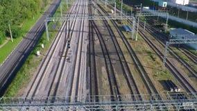 Ο πολλαπλάσιος σιδηρόδρομος ακολουθεί το εναέριο βίντεο φιλμ μικρού μήκους