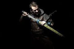 Ο πολεμιστής Βίκινγκ, αρσενικό που ντύνεται στο βάρβαρο ύφος με το ξίφος, αντέχει Στοκ Φωτογραφίες
