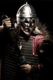 Ο πολεμιστής Βίκινγκ, αρσενικό που ντύνεται στο βάρβαρο ύφος με το ξίφος, αντέχει Στοκ εικόνα με δικαίωμα ελεύθερης χρήσης