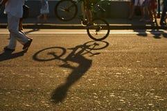 Ο ποδηλάτης εκτελεί ένα τέχνασμα Στοκ εικόνα με δικαίωμα ελεύθερης χρήσης