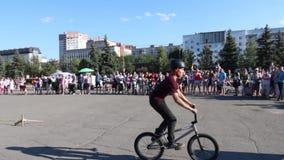 Ο ποδηλάτης πηδά στο ποδήλατο στο aeromat κατά τη διάρκεια του μεγάλου πρωταθλήματος αλμάτων αερόσακων της περιοχής Perm απόθεμα βίντεο