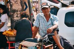 Ο ποδηλάτης ταξί ποδηλάτων περιμένει σε Yangon Στοκ Φωτογραφίες