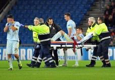 Ο ποδοσφαιριστής αντιδρά μετά από τον τραυματισμό συμπαικτών κατά τη διάρκεια του παιχνιδιού UEFA Champions League Στοκ εικόνα με δικαίωμα ελεύθερης χρήσης