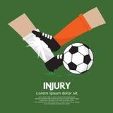 Ο ποδοσφαιριστής κάνει τον τραυματισμό σε έναν αντίπαλο Στοκ Εικόνες