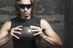 Ο ποδοσφαιριστής κρατά τη σφαίρα στα χέρια Στοκ Εικόνες