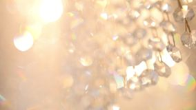 Ο πολυέλαιος μόδας πολυτέλειας κρυστάλλου με να λάμψει την αντανάκλαση, το υπόβαθρο φιλμ μικρού μήκους