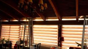 Ο πολυέλαιος στο εστιατόριο Το εσωτερικό σχέδιο του RES απόθεμα βίντεο