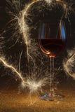 Ο πολυτελής πυροβολισμός του ροδαλού γυαλιού κρασιού στο χρυσό ακτινοβολεί Στοκ εικόνα με δικαίωμα ελεύθερης χρήσης