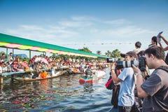 Ο πολύς φωτογράφος έχει το ταξίδι με τη βάρκα στη Μπανγκόκ Ταϊλάνδη Στοκ φωτογραφία με δικαίωμα ελεύθερης χρήσης