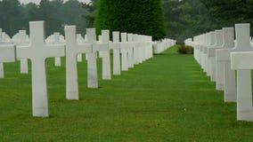 Ο πολύ τακτοποιημένος άσπρος σταυρός στο νεκροταφείο απόθεμα βίντεο