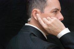 Ο πράκτορας Μυστικής Υπηρεσίας ακούει το ακουστικό, πλευρά Στοκ φωτογραφία με δικαίωμα ελεύθερης χρήσης