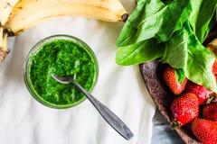 Ο πράσινος καταφερτζής με το σπανάκι, το ακτινίδιο, την μπανάνα και τη μέντα, detox πίνει Στοκ Εικόνα