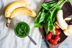 Ο πράσινος καταφερτζής με το σπανάκι, το ακτινίδιο, την μπανάνα και τη μέντα, detox πίνει Στοκ Φωτογραφίες