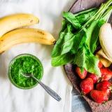 Ο πράσινος καταφερτζής με το σπανάκι, το ακτινίδιο, την μπανάνα και τη μέντα, detox πίνει Στοκ Εικόνες
