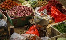 Ο πράσινος παντοπώλης πωλεί τα λαχανικά, τα χορτάρια και τα καρυκεύματα στην παραδοσιακή αγορά στην Τζακάρτα Ινδονησία στοκ φωτογραφία με δικαίωμα ελεύθερης χρήσης