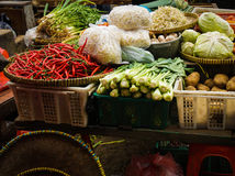 Ο πράσινος παντοπώλης πωλεί το διάφορο είδος λαχανικών στην παραδοσιακή αγορά στην Τζακάρτα Ινδονησία στοκ εικόνα με δικαίωμα ελεύθερης χρήσης