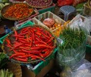 Ο πράσινος παντοπώλης πωλεί το διάφορο είδος λαχανικών στην παραδοσιακή αγορά στην Τζακάρτα Ινδονησία στοκ εικόνα