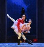 Ο πρίγκηπας κουκλών αγκαλιάζει - ο καρυοθραύστης μπαλέτου Στοκ φωτογραφία με δικαίωμα ελεύθερης χρήσης