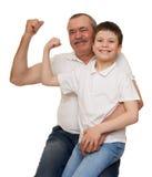 Ο πρεσβύτερος και τα παιδιά παρουσιάζουν χέρια μυών Στοκ φωτογραφία με δικαίωμα ελεύθερης χρήσης