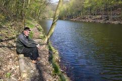 Ο πρεσβύτερος στη λίμνη στοκ εικόνες με δικαίωμα ελεύθερης χρήσης