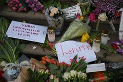 Ο ΠΡΙΓΚΗΠΑΣ HENRIK ΕΙΝΑΙ DEAD_PEOPLE ΤΟΥ ΥΠΟΒΆΛΛΕΙ ΤΑ ΣΈΒΗ Στοκ Φωτογραφίες