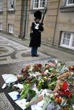 Ο ΠΡΙΓΚΗΠΑΣ HENRIK ΕΙΝΑΙ DEAD_PEOPLE ΤΟΥ ΥΠΟΒΆΛΛΕΙ ΤΑ ΣΈΒΗ Στοκ φωτογραφίες με δικαίωμα ελεύθερης χρήσης